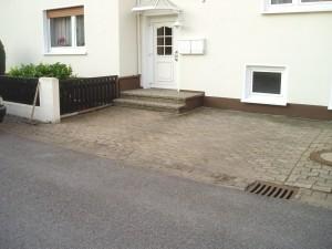 Unansehnlicher und in die Jahre gekommender Parkplatz mit Treppenanlage aus Waschbeton