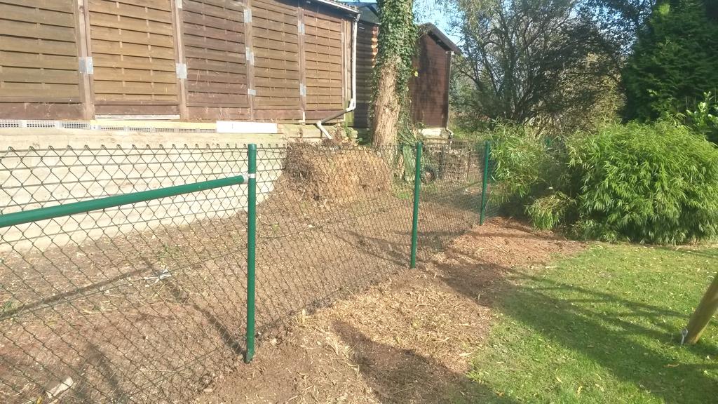 Wir übernehmen für Sie auch die Einfriedung Ihres Grundstückes. Hier haben wir einen Maschendrahtzaun errichten.