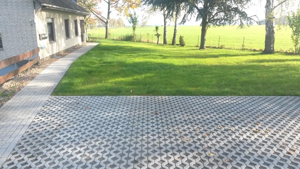 Anlegen einer Parkplatzfläche und einer neuen Zuwegung zum Haus inkl. Rasenneueinsaat.