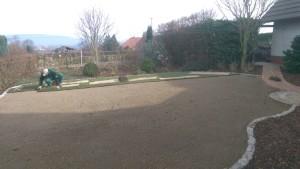 Von der Baustelle zum Traumgarten. Die Verlegung von Rollrasen geht schnell und ist der perfekte Abschluss einer Baustelle.