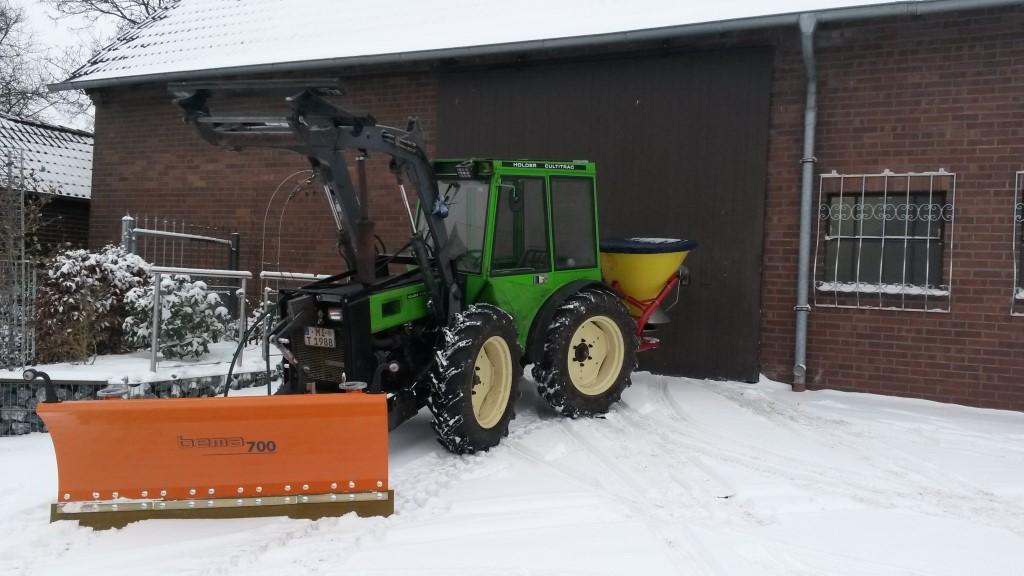 Unser Kompaktschlepper ist bereit für den Winterdienst. Mit Streuer und Schneeschild.