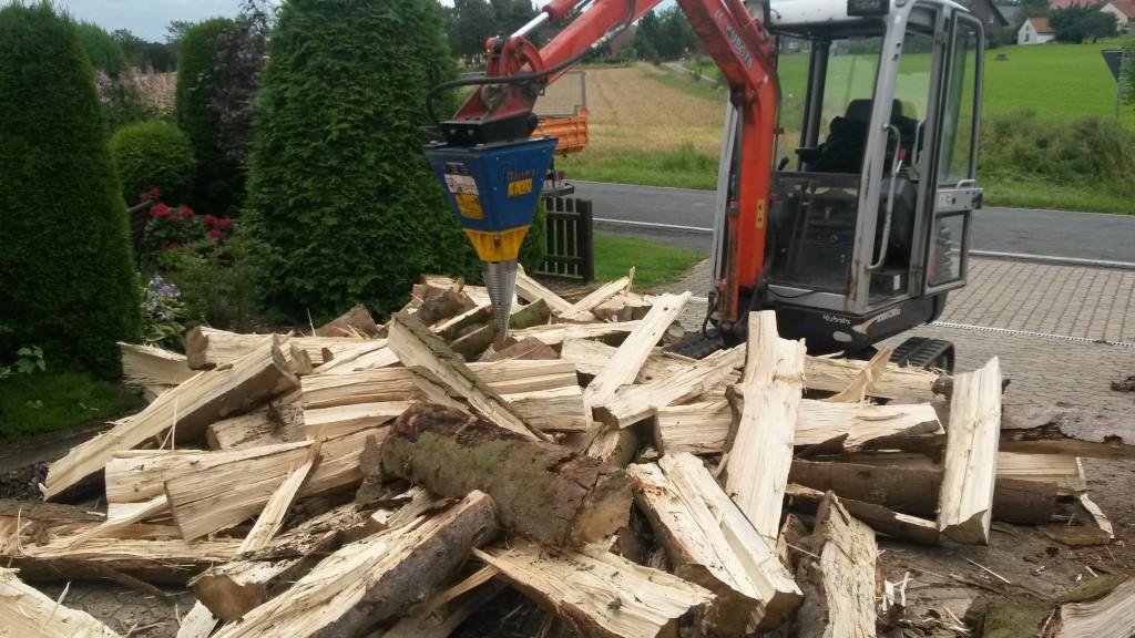 Wir haben unseren Maschinenpark für Sie erweitert! Neu in unserem Dienstleistungsspektrum ist das Aufarbeiten von Ihrem Brennholz. Mit unserem Kompoktbagger mit Kegelspaltervorrichtung sind wir in der Lage auch großes Stammholz bis einem Durchmesser von 1,2m für Sie zu spalten Dies können wir bequem bei Ihnen zu Hause oder direkt vor dem Verladem im Wald erledigen. Sprechen Sie uns darauf an!
