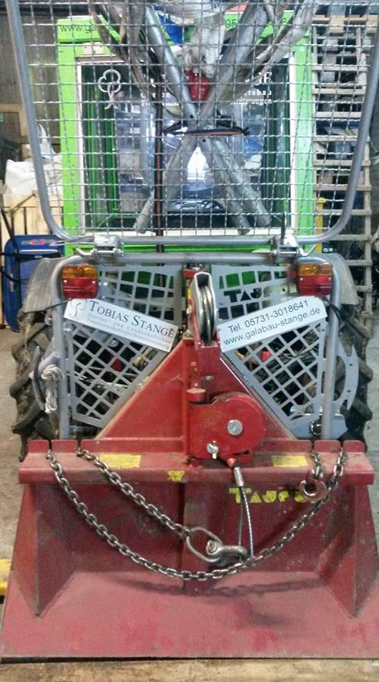 Unser Kompaktschlepper, ausgerüstet mit einer 3,5 Tonnen Seilwinde für die Unterstützung bei Fäll- und Rückearbeiten