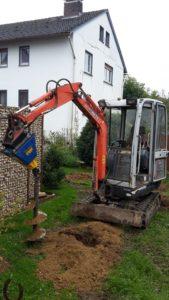 Unser Minibagger im Einsatz mit dem Erdbohrer